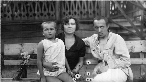 Евгения Зенкевич с родителями. Малаховка. 1928