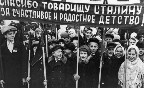 В. Федосеев. Школьники Ленинградской области на праздничной демонстрации. 7 ноября 1938