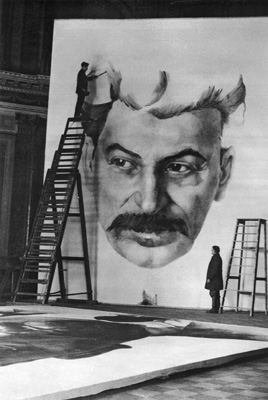 М. Мицкевич. Студенты Академии художеств работают над портретом Сталина для украшения города к празднованию 1 мая 1934 г.