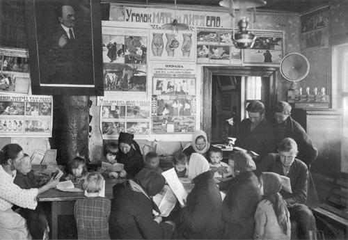 Работники северо-западного областного союза кооператоров с детьми в агиткомнате. 1929